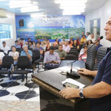 Em Mirante da Serra, Maurão recebe pedido de emenda para arquibancada em estádio municipal