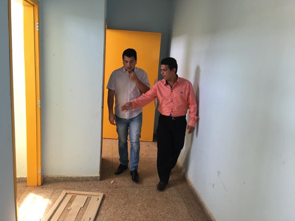 Vereador Marcelo Cruz faz vistoria em unidade de saúde abandonada em Porto Velho
