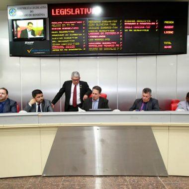 Deputados revogam auxílio alimentação e reduzem verba de gabinete em 20%