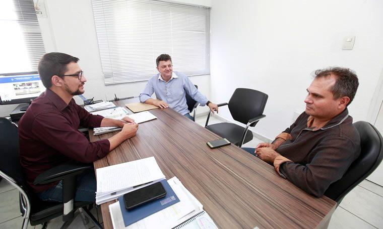 Anderson do Singeperon assina convênio para iluminação pública em Itapuã do Oeste
