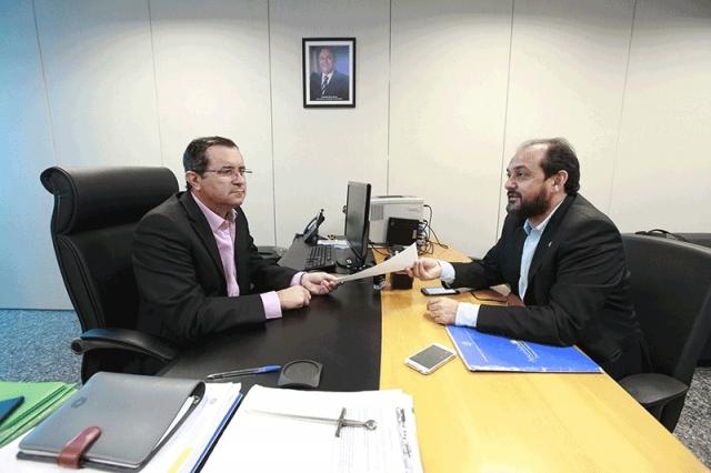 Laerte Gomes entrega pedido de revogação de decreto que aumenta preço do leite ao consumidor