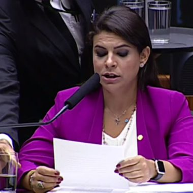 Mariana Carvalho lê trecho da denúncia contra Temer – Transmissão ao vivo