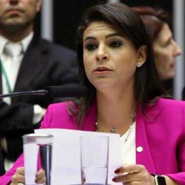 Mariana Carvalho lê relatório sobre denúncia de Temer
