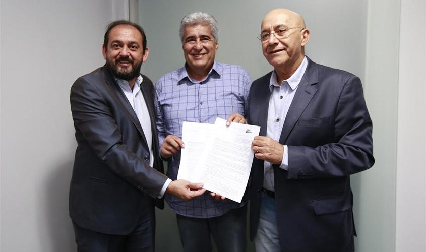 Laerte Gomes garante convênio para pavimentação de ruas em Alvorada do Oeste