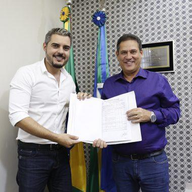 Maurão de Carvalho assina convênio para reconstrução da Feira Municipal de Ariquemes