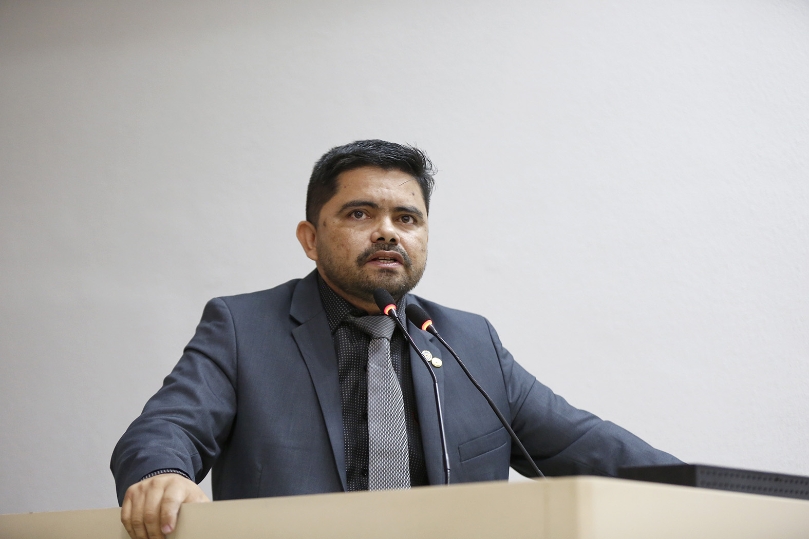 Deputado Jesuíno notifica autoridades para discutir o assunto fardamento da PM
