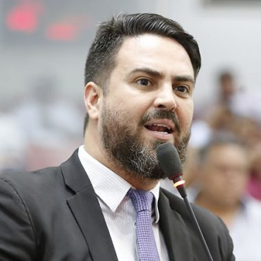 Léo Moraes propõe lei para tratar do direito ao aleitamento materno