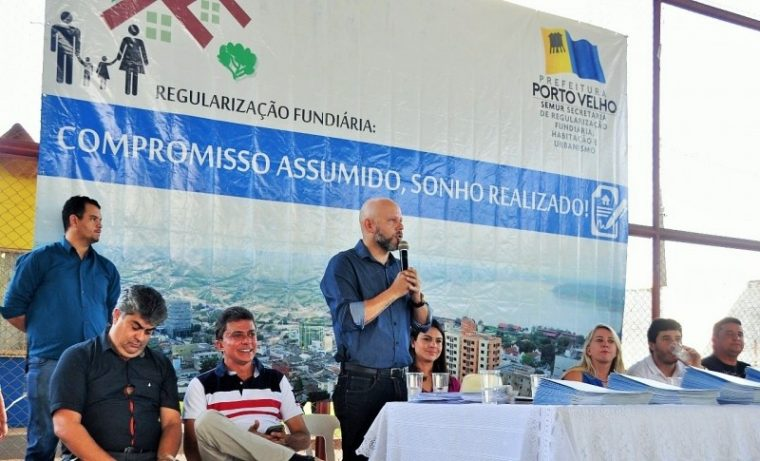 Aleks Palitot acompanha entrega de títulos de regularização fundiária no bairro Areal