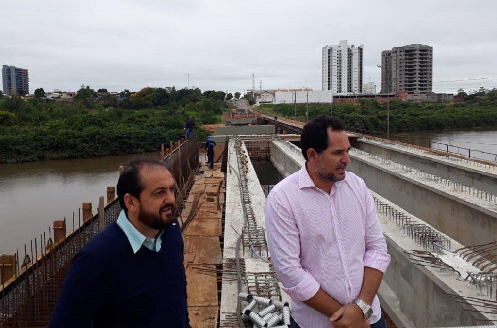 Laerte Gomes acompanha andamento da construção da ponte sobre o rio Urupá