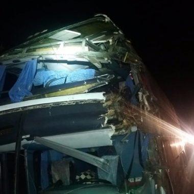 Passageira morre após colisão de ônibus da Eucatur com caminhão boiadeiro na BR-364