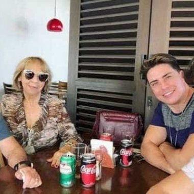 Ex-'Turma do Didi', Marcelo Augusto posa com os pais e o namorado