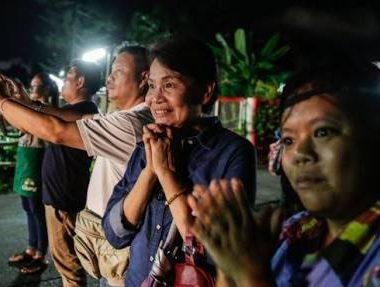 Quatro meninos presos em caverna na Tailândia são resgatados