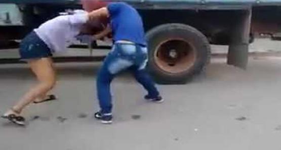 Mulher é agredida e tem braço quebrado durante briga em praça
