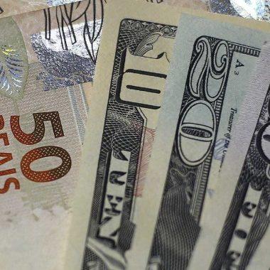 Dólar se aproxima de R$ 4,15 com cautela eleitoral e no exterior