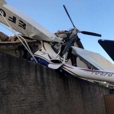 Avião cai sobre casa e deixa dois feridos em Goiânia
