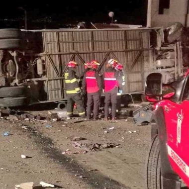 Acidente entre ônibus e van deixa 23 mortos no Equador