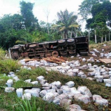 Caminhoneiro morre em capotamento na BR em Rondônia