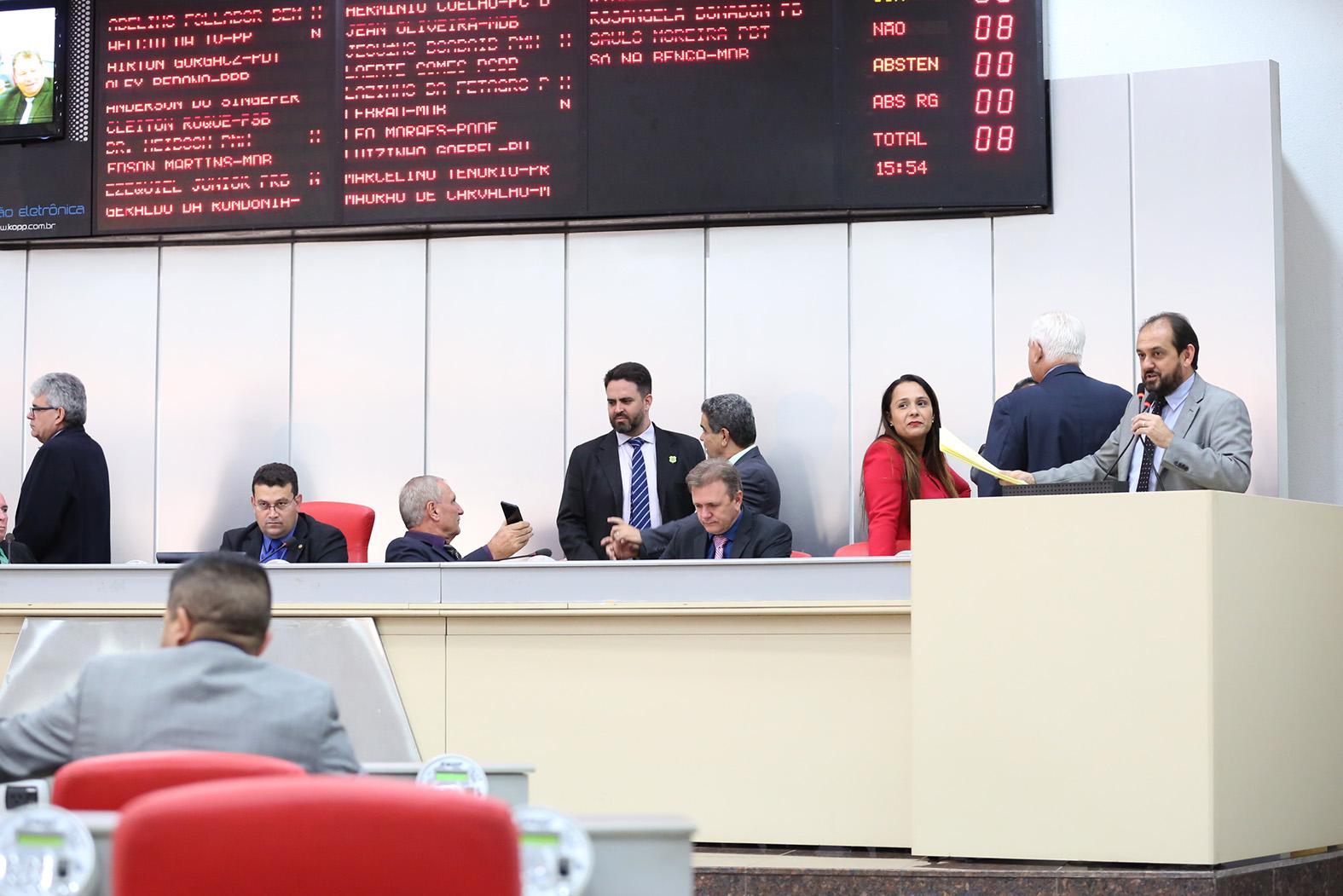 Deputados analisam vetos do Executivo, rejeitam dois e mantém um