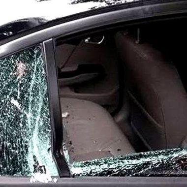 Motivado por ciúmes, casal homossexual sai no tapa, destrói carro, e vai preso