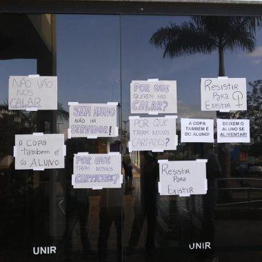 PROTESTO – Acadêmicos da UNIR se revoltam após terem acesso proibido a área de alimentação