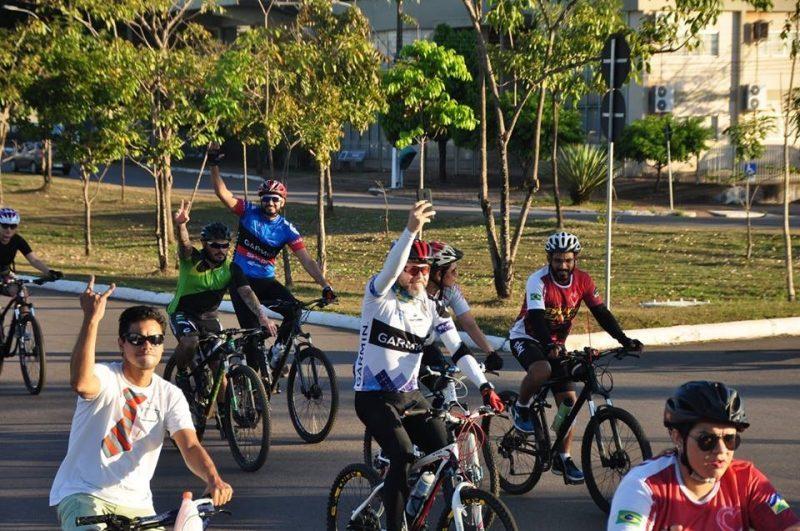 Professor Aleks Palitot discute mobilidade urbana na capital com ciclistas