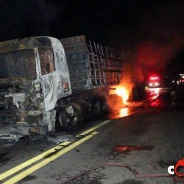 Motociclista morre esmagado por carreta na BR-364; veículosincendiaram