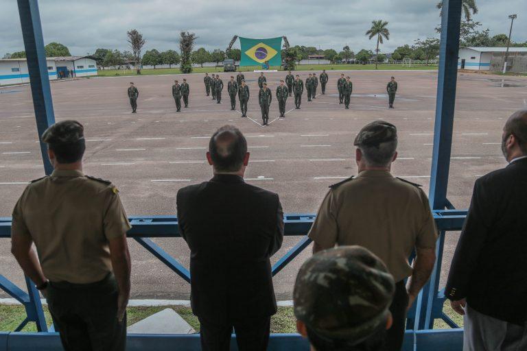 Aspirantes a oficiais são condecorados com Medalha de Honra ao Mérito Marechal Rondon pelo governo