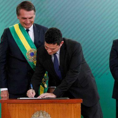 Com caneta Bic, Moro assina termo de posse na Justiça