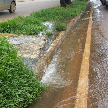 CACHOEIRA – Água jorra em canteiro central da Avenida Migrantes