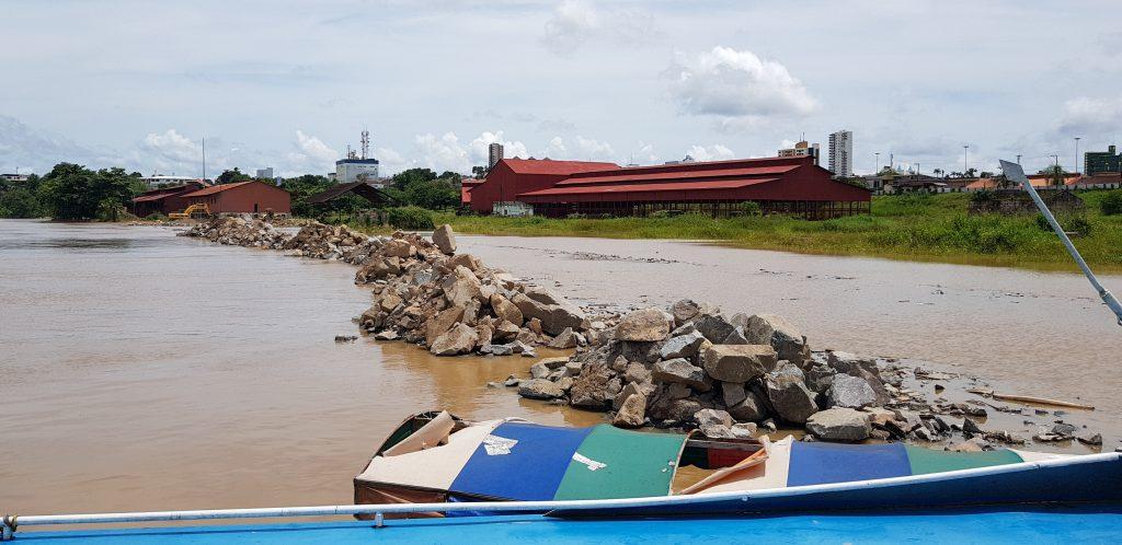 CHEIA – Prefeitura constrói contenção para evitar avanço das águas do Madeira