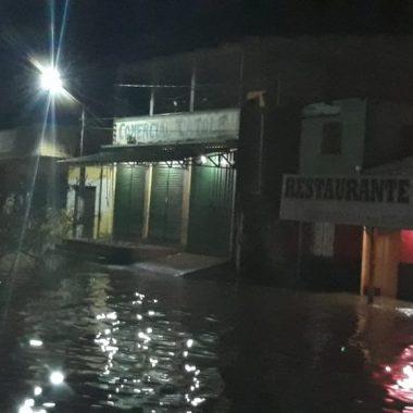 ENCHENTE – Rio Madeira oscila e invade comércios no centro de Porto Velho
