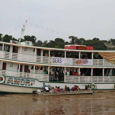 """""""Barco Deus é Amor"""" atende vítimas da cheia do Madeira com o transporte de água potável e cestas básicas"""