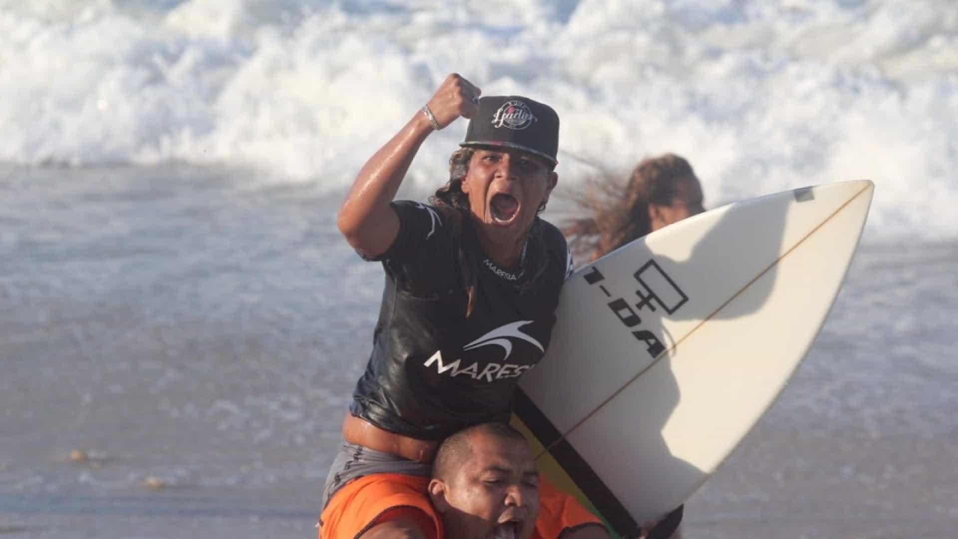 Campeã cearense de surfe morre em praia de Fortaleza