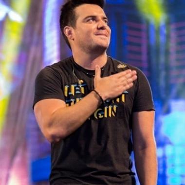 Belutti interrompe show após ser atingido por bomba em São Paulo