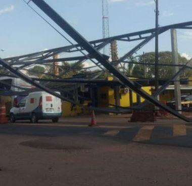 SINISTRO – Estrutura de obra da PRF cai em cima de ônibus na BR 364