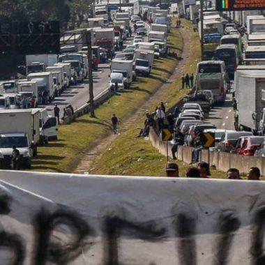 """Caminhoneiros podem """"parar"""" o Brasil após suspensão da novas regras para cálculos de frete"""
