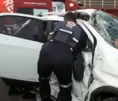 Mulher fica presa às ferragens de veículo em grave acidente na capital