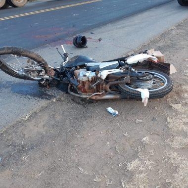 Motociclista é esmagado por carrera na BR 364