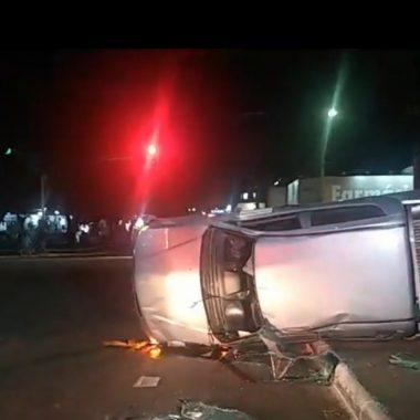 Sob efeito de álcool, motorista da prefeitura capota carro oficial em forte colisão