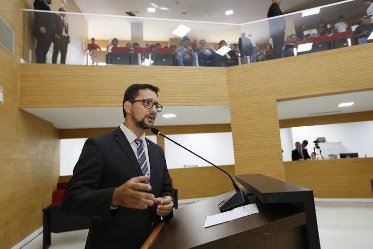 Emdur entrega materiais de iluminação na Escola Maria Izaura a pedido de Anderson Pereira