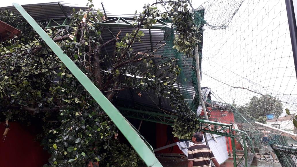 VENDAVAL – Cobertura de campo do Avaí desaba durante treino e atletas escapam ilesos