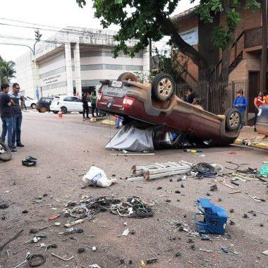 CAPOTAMENTO – Motorista avança cruzamento e provoca forte colisão no centro de Porto Velho