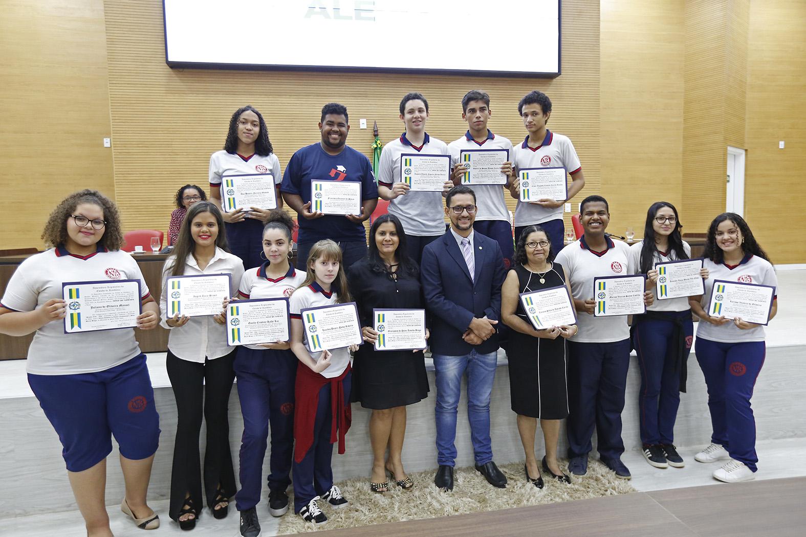 Deputado Anderson entrega Voto de Louvor para alunos e professores integrantes do projeto Com-Vida da escola Murilo Braga