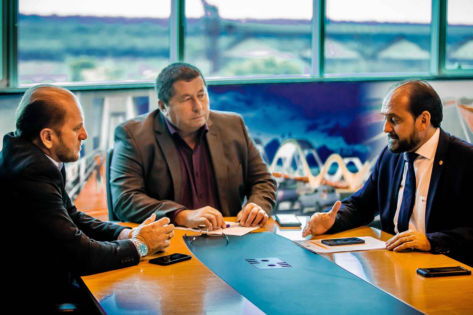Presidente Laerte Gomes discute recuperação da RO-473 em reunião no DER