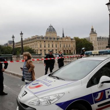 Ataque com faca contra policiais deixa mortos no centro de Paris