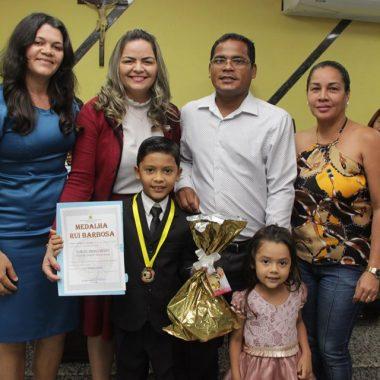 Vereadora Ada Dantas homenageia estudantes que foram destaque em 2019