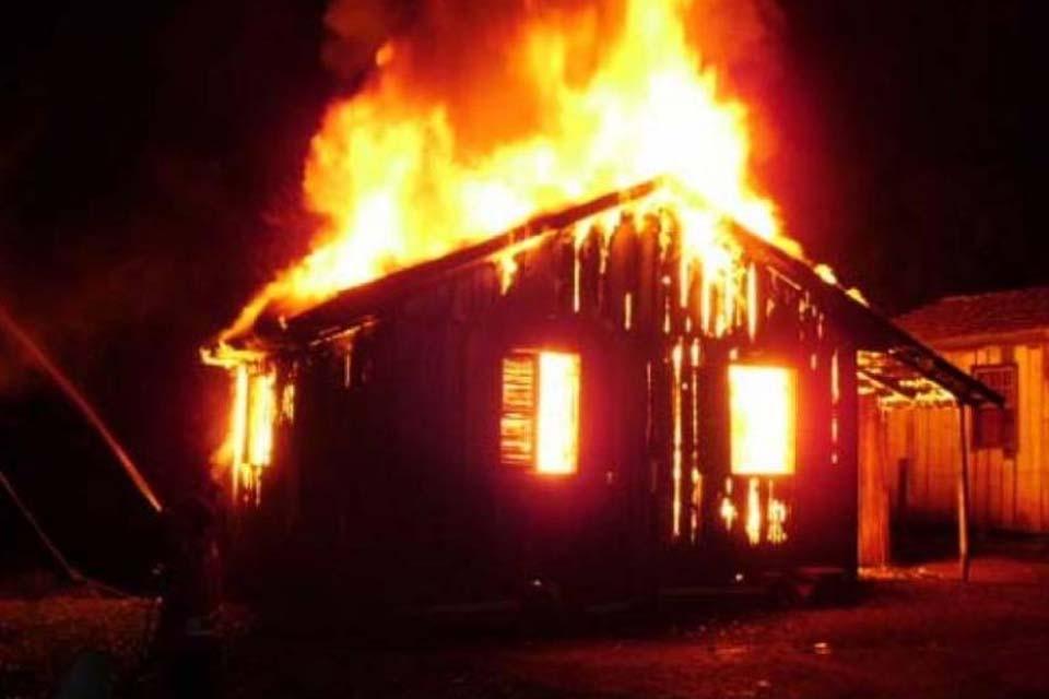 Após dias sem dormir, homem ouve vozes o mandando matar esposa; casa foi incendiada