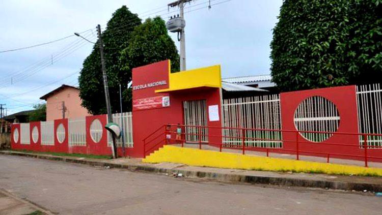 Dupla invade escola faz arrastão e rouba arma de vigilante na capital