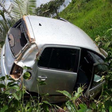 Condutora bate em buraco perde controle do veículo e cai em ribanceira