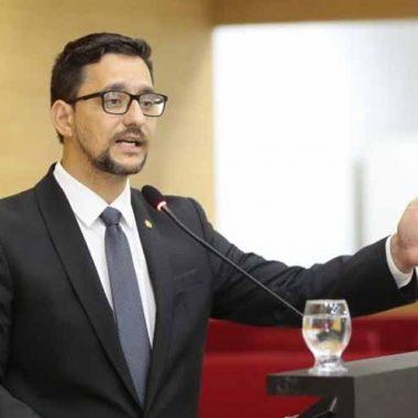 Anderson Pereira parabeniza policiais penais que apreenderam arma de fogo em cumprimento de mandado judicial